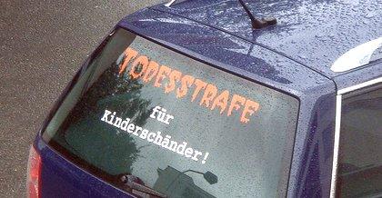 """Heckscheibe """"Todestrafe für Kinderschänder"""""""