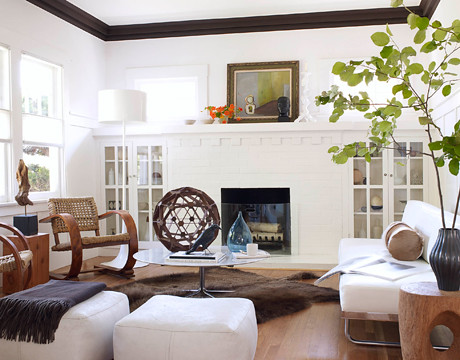 White living room + mid-century pieces: Le Corbusier daybed + wood accents