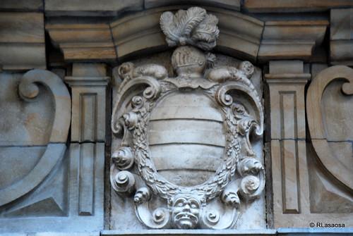 Escudo de armas situado en la calle Estafeta, en la fachada posterior del Palacio Goyeneche.