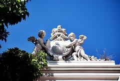 Gli angioletti, lo stemma e la corona ritrovata (Winter Guest) Tags: bw bn corona castello cagliari stemma biancoenero angeli piazzaindipendenza neoclassicismo museoarcheologiconazionale casteddesusu dionigiscano