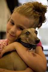 Söt tjej och hund