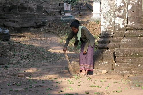 033.清晨打掃的寮國婦人