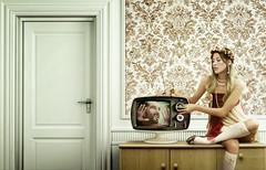 [フリー画像] [人物写真] [女性ポートレイト] [白人女性] [TV/ テレビ]       [フリー素材]