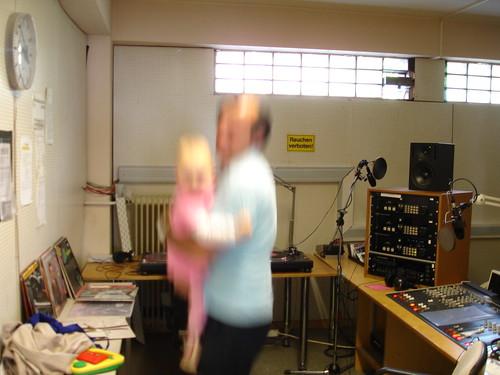 Kind wird bei Radio X beatgerecht durchgeschüttelt. Juli 2005