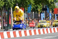 Tour de France 2009 (Fabio Costa) Tags: france cars car bike yellow race jaune de cycling tour champs carrefour parade cobblestone jersey vittel pmu tourdefrance elysees 2009 maillot champsélysées lcl