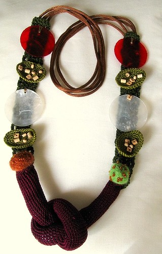colar de outono com nó - Autumn necklace with crochet knot