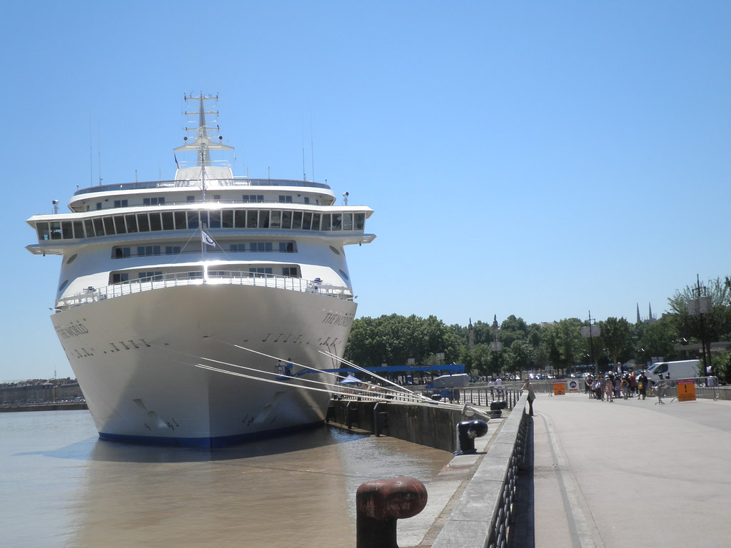 The world and docks - The World - Bordeaux, 25 mai 2011  - P5250060