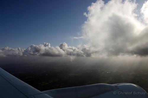 Die Sonne kämpft sich durch die Wolken