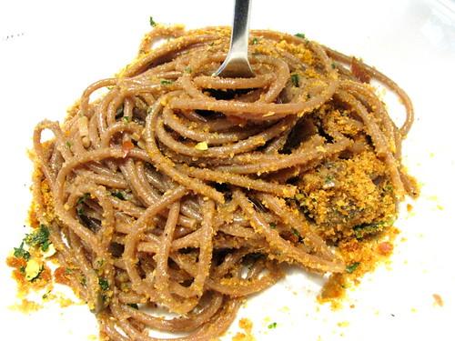 Bigoi al radicchio rosso,alici,aglio e mollica croccante