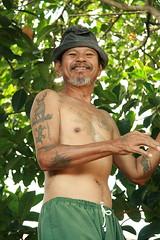 tattooed man in a jackfruit tree (the foreign photographer - ฝรั่งถ่) Tags: man tree hat portraits thailand canal asia tattoos southeast jackfruit tattooed bangkhen bangkkok