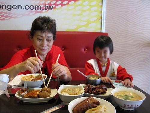 姥姥與荳荳@中和龍恩焢肉飯