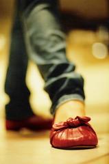 Cheia de pose (steph_ie) Tags: red pose shoe poser vermelho meuamor sapato sapatinho filmshot stephaniebastos amobemmais xadadexmuitax