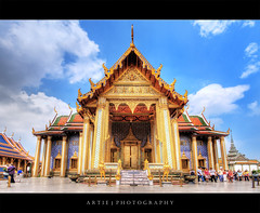 Prasat Phra Debidorn | The Grand Palace, Bangkok :: HDR (:: Artie | Photography ::) Tags: building classic architecture photoshop canon thailand gold cs2 10 bangkok wideangle palace structure symmetry explore grandpalace handheld symmetrical 20mm wang maha frontpage hdr phra artie complexe 3xp sigmalens photomatix 1782 tonemapping tonemap borom ratcha 400d rebelxti debidorn prasatphradebidorn prasatphra