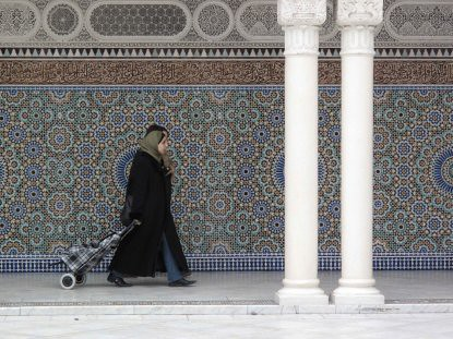9c14 Amazonas Mezquita metro siluetas calle076 Musulmanas jóvenes Gran Mezquita de París baja 2