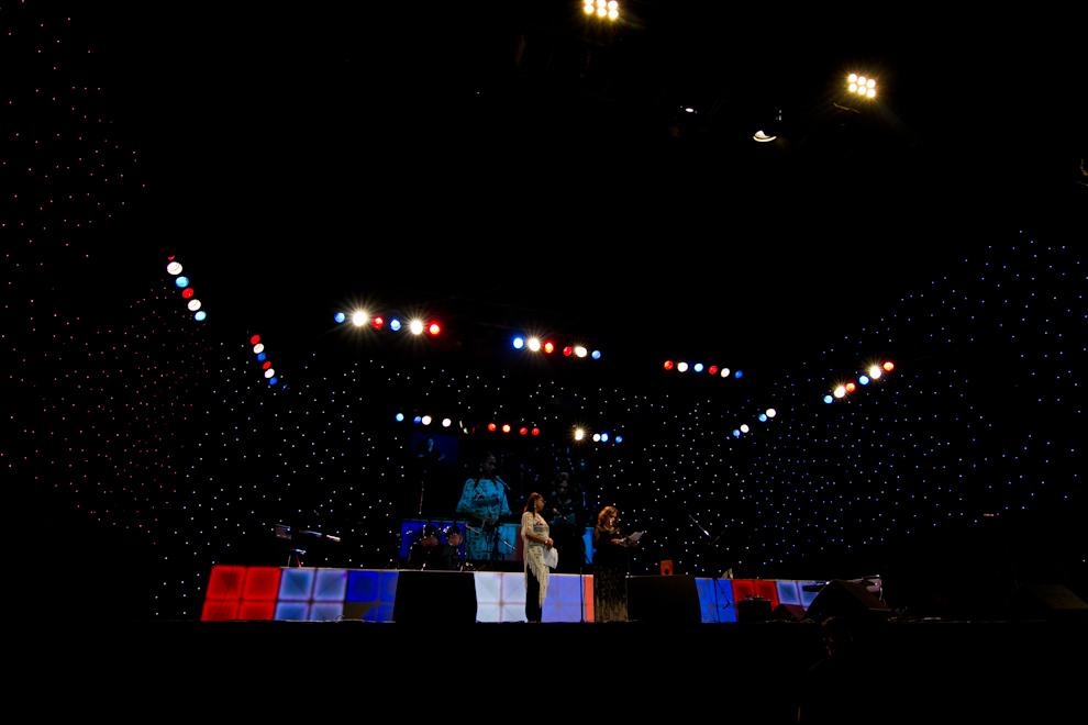 Un show de Poesía y Música pudo vivirse en la noche del Jueves, detrás del Palacio de López, antes del lanzamiento de Globos Multicolores a la Bahía de Asunción. (Tetsu Espósito - Asunción, Paraguay)