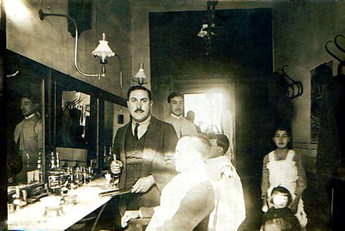 El Maestro Carreras en la barbería de la Espartería 1908.