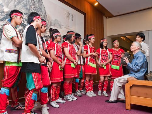 Dr. Jane Goodall Meeting Samba Drummers from Zhangshu Junior High 珍古德博士會見樟樹國中森巴鼓隊