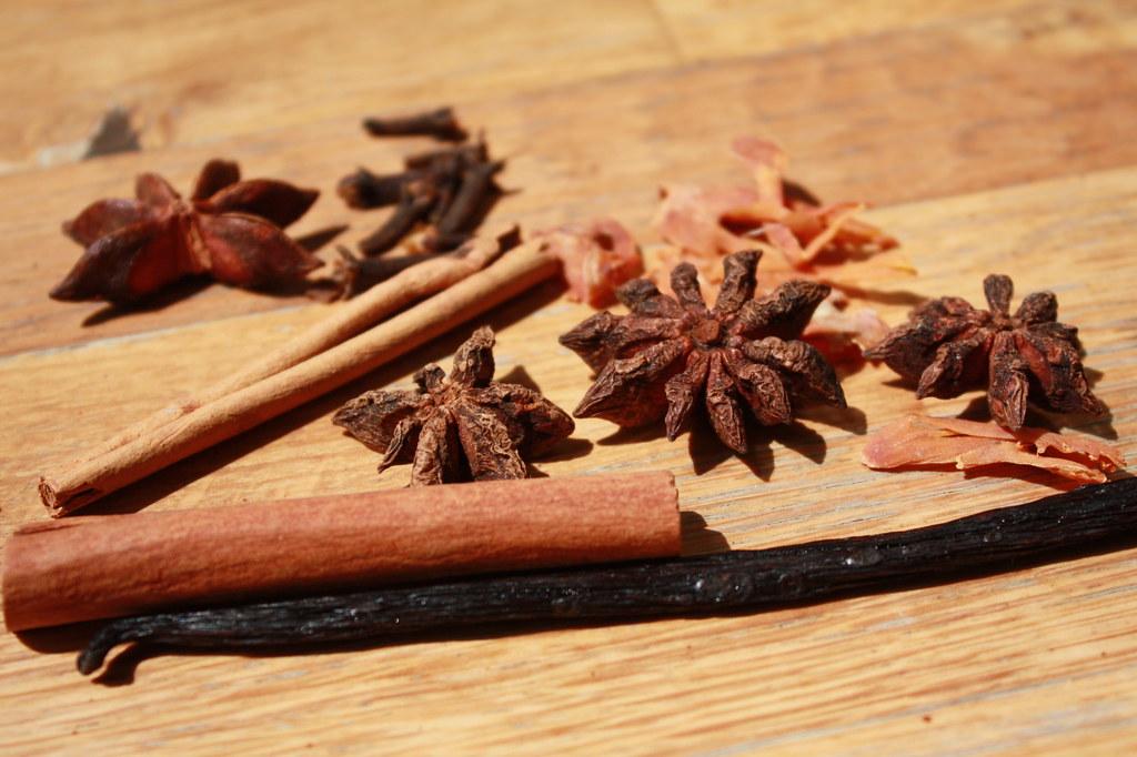 Zimtrinde, Sternanis, Vanilleschote, Muskatblüten und Nelken