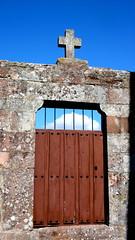 Cruz en Monasterio (vcastelo) Tags: door espaa spain puerta madera cementerio pueblo iglesia cruz cielo monasterio nube asuncin palencia