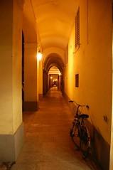 rua del muro 01 (Antonio_Trogu) Tags: italien italy nikon italia modena portici 18200 2009 italie emiliaromagna d40 nikon18200 nikond40 ruamuro trogu antoniotrogu
