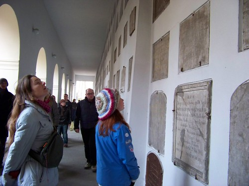 Ngoài mộ của người thân, nhiều người còn đi thăm katakumby để gặp lại những người đã gặp trước đây trên những trang sách học trò. Nhiều nhà văn, nhà thơ, bác học… yên nghỉ tại đây từ thế kỉ XVIII, khi nghĩa trang hình thành.