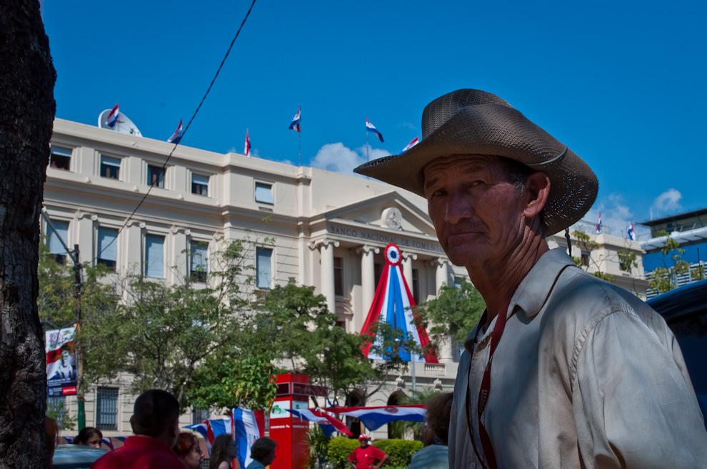 Un vendedor de helados trabaja en la plaza de la democracia el viernes 13 de Mayo en el evento Mercado Guasú. (Elton Núñez - Asunción, Paraguay)