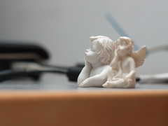 Desktop philosophy (Siebuhr) Tags: angel computer bokeh laptop philosophy plaster cast angels engel wondering gips brbar speedlite nstved engle undren tnkere
