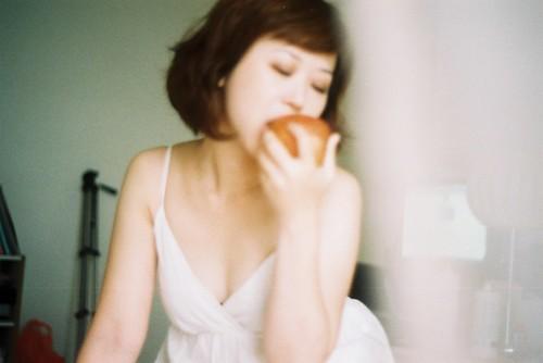 フリー画像| 人物写真| 女性ポートレイト| アジア女性| 林檎/リンゴ|       フリー素材|