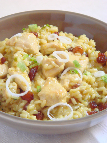 Chicken risotto with curry and raisins