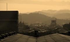 K.aqui ali Lá♪ (steph_ie) Tags: sunset sepia pôrdosol telhados casinhas cidademontanha stephaniebastos