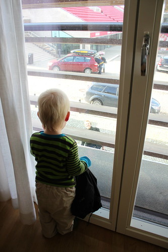 Titta på pappa genom fönstret