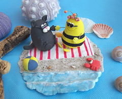 Personalized funny cake topper with fat bee and cat (PassionArte) Tags: blue original red sea sculpture cute beach sunglasses animal cat ball insect groom bride sand funny aqua mare handmade unique fat shell craft crab bee blanket buy ape etsy custom figurine gatto spiaggia matrimonio personalized sposa insetto divertente sabbia palla sposi conchiglie scultura modellingclay unico granchio grasso sposo carino occhialidasole weddingcaketopper statuine fattoamano telomare miniaturescene personalizzato cicciottello pastamodellabile scenainminiatura fattosuordinazione