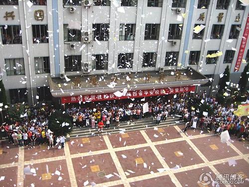 高考前夕汉中高中生集体撕书