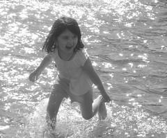 Alegria, alegria! (Seize the day!) (goimardantas) Tags: nyc blackandwhite water girl gua eau washingtonsquare menina fille pretoebranco petite novayork blancetnoir