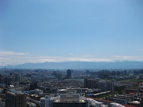 大雨之后的西高新可以看到秦岭