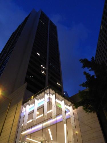 .....超高大樓融入夜色中,唯有亮麗的大廳依然精彩.....
