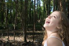 Raio de luz (Biodisk) Tags: brinquedo brincar garota sorriso criana boneca menina floresta rvore rvores brincadeira mangue chapeuzinho garotinha menininha inocncia