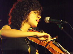 Carrie Rodriguez w/fiddle close-up