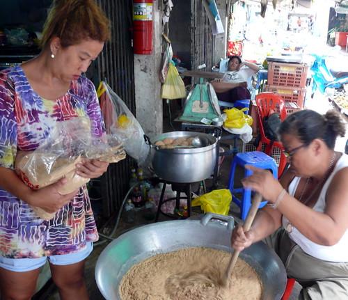 נגו מוסיפה קמח אורז, יאי טיט מערבבת
