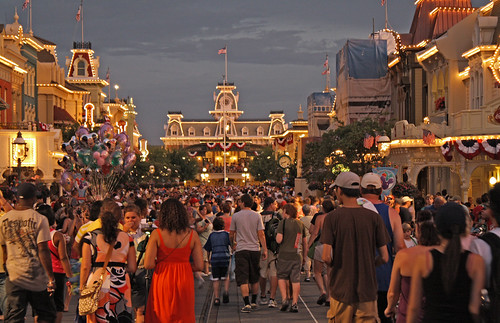 Disney World trip - day 7 - massive crowd gathers for parade