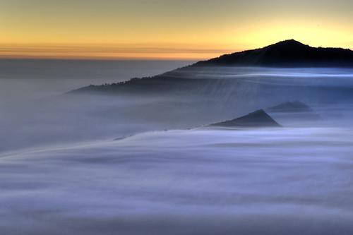 フリー画像| 自然風景| 山の風景| 霧/靄| 朝日/朝焼け| インドネシア/風景|      フリー素材|