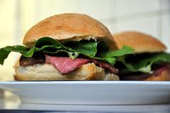 Sandwich med oksecuvette, romainesalat og dressing med peberrod, hvidløg og sennep