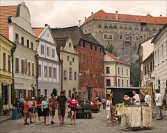 Wide street in esk Krumlov (Foto Martien (thanks for over 2.000.000 views)) Tags: street castle architecture river strasse medieval tourists unesco czechrepublic historical bohemia krumau burg worldheritage moldau touristen eskkrumlov kastell vitava eskrepublika schlos a350 bohemen krummau sonyalpha350 eskkrumlovcastle bohemiankrumlov irok southbohemianregion tsjechien welterbes martienuiterweerd carlzeisssony1680 martienarnhem