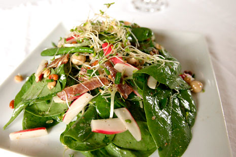 Spinach salad with sprouts and bacon