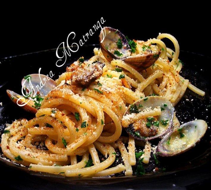 spaghetti con bottarga di pesce spada,vongole e farina di mandorle.