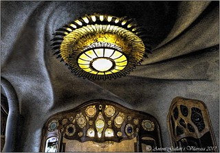 Un sostre inspirat en l'astronomia. (Casa Batlló -Barcelona -Catalunya). D' Antoni Gaudí.