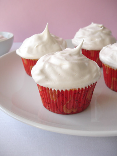 Honey and golden syrup meringue cupcakes / Cupcakes de mel com cobertura de merengue