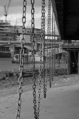 Chains at low tide (Tetramesh) Tags: uk greatbritain england london thames river walking chains unitedkingdom britain walk londres lowtide riverthames londra londen lontoo londonwalks citywalks londyn londn  londona londonas tetramesh geo:lat=51508562 walklondon  urbanwalks londr geo:lon=0100239