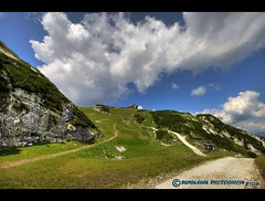 Blick zum Osterfelderkopf (mcPhotoArts) Tags: summer sky mountain mountains rock germany way bayern deutschland bavaria rocks sommer meadow wiese himmel berge fels hdr garmischpartenkirchen hdri weg felsen gebirge geotagging photomatix bej osterfelderkopf canoneos400d osterfelder sigma1770mm2845dcmacro bumblebeephotografix ffgapashow