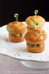 Muffins alla senape con cetriolini sott'aceto e kaminwurz